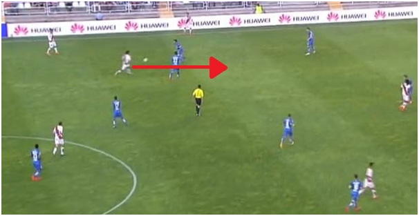 Trashorras playing a simple pass then running past 2 players to receive the ball