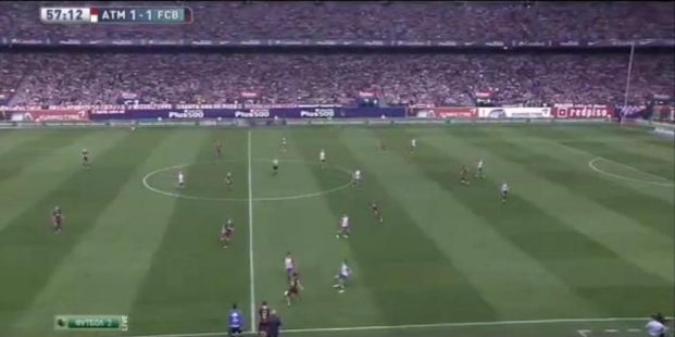 Atleti's Oliver in left-sided advanced position with Felipe Luis to squeeze Roberto as Messi waits to enter play.