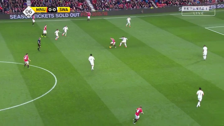 Mata is wide and no other player is close to Rooney. So the space left by Fernandez is not attacked