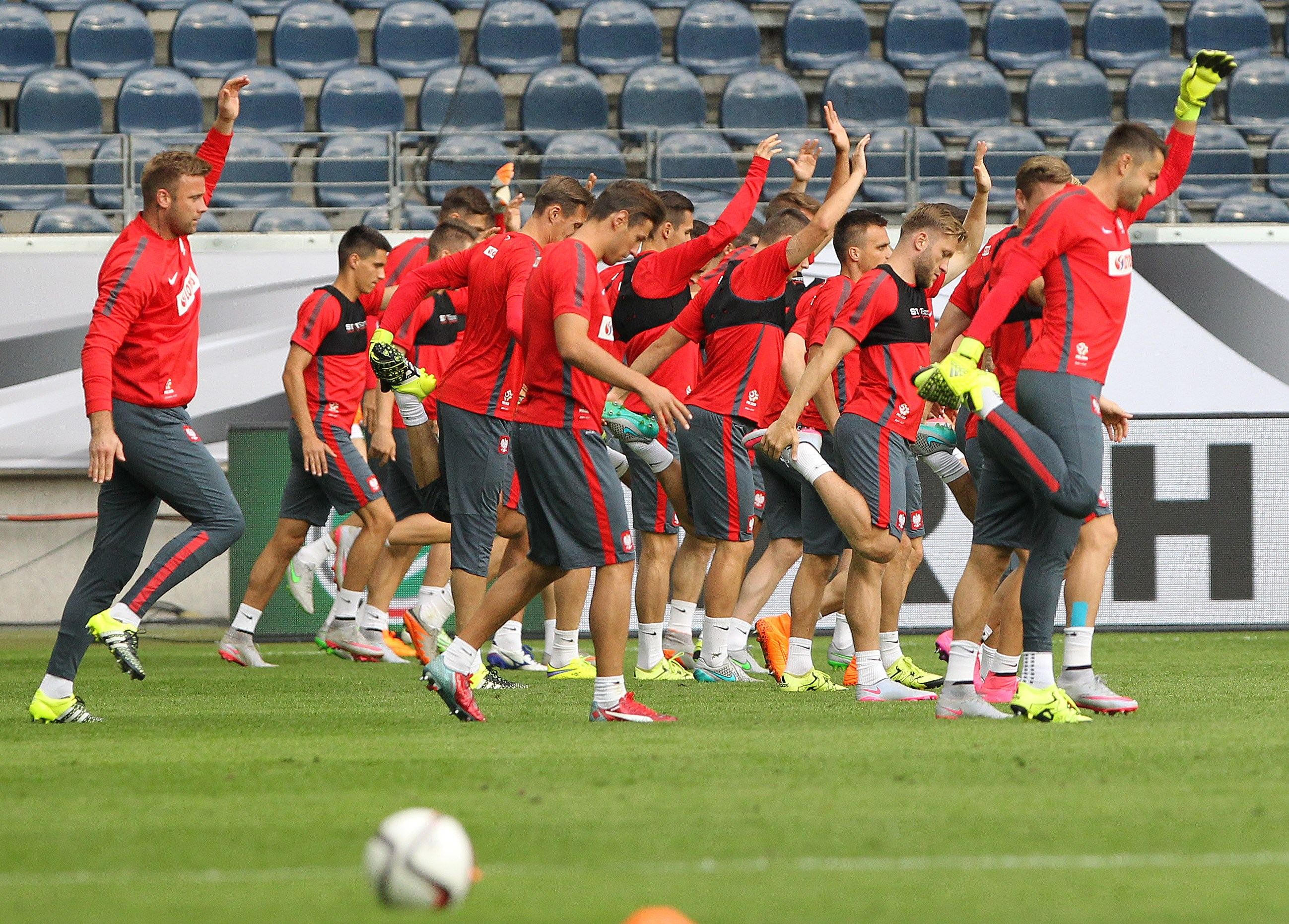 Members of the Polish national football team attend a public training session in Frankfurt/Main, Germany on September 3, 2015 prior to the EURO qualifier Germany vs Poland on September 4, 2015. AFP PHOTO / DANIEL ROLAND        (Photo credit should read DANIEL ROLAND/AFP/Getty Images)