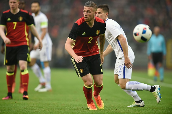 Belgium's defender Toby Alderweireld (C) vies with Finland's defender Paulus Arajuuri  (R) during the friendly football match between Belgium and Finland, at the King Baudouin Stadium, on June 1, 2016 in Brussels. / AFP / JOHN THYS        (Photo credit should read JOHN THYS/AFP/Getty Images)