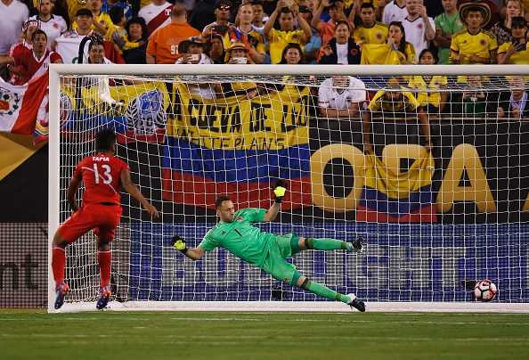 Colombia's goalkeeper David Ospina looks at the ball after Peru's Renato Tapia scored a penalty during the Copa America Centenario quarterfinal football match against Peru in East Rutherford, New Jersey, United States, on June 17, 2016. / AFP / Eduardo Munoz Alvarez