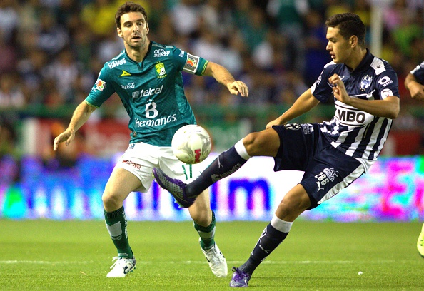 Mauro Boselli (L) of Leon vies for the ball with Cesar Montes (R) of Monterrey, during their Mexican Clausura tournament football match at the Nou Camp stadium on April 2, 2016, in Leon. / AFP / VICTOR STRAFFON (Photo credit should read VICTOR STRAFFON/AFP/Getty Images)