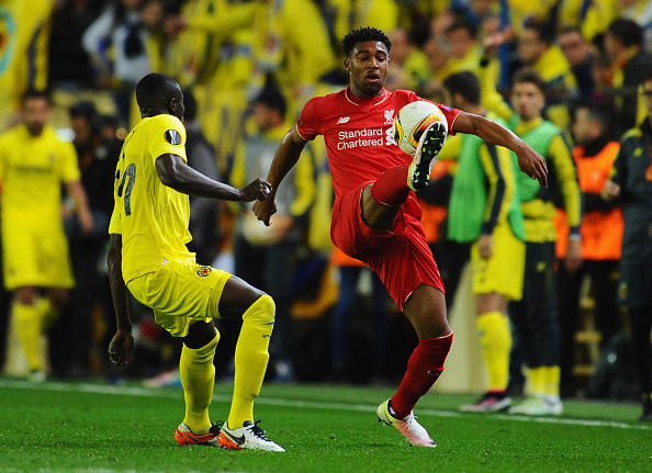 VILLARREAL, SPAIN - APRIL 28: Jordon Ibe of Liverpool controls the ball from Cedric Bakambu of Villarreal during the UEFA Europa League semi final first leg match between Villarreal CF and Liverpool at Estadio El Madrigal on April 28, 2016 in Villarreal, Spain. (Photo by David Ramos/Getty Images)
