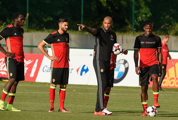 Belgium's national team assistant coach Thierry Henry (2nd R) gestures as he talks to Belgium's forward Michy Batshuayi (R) during a training session, three days before their football match against Spain, in Neerpede on August 29, 2016. / AFP / JOHN THYS        (Photo credit should read JOHN THYS/AFP/Getty Images)