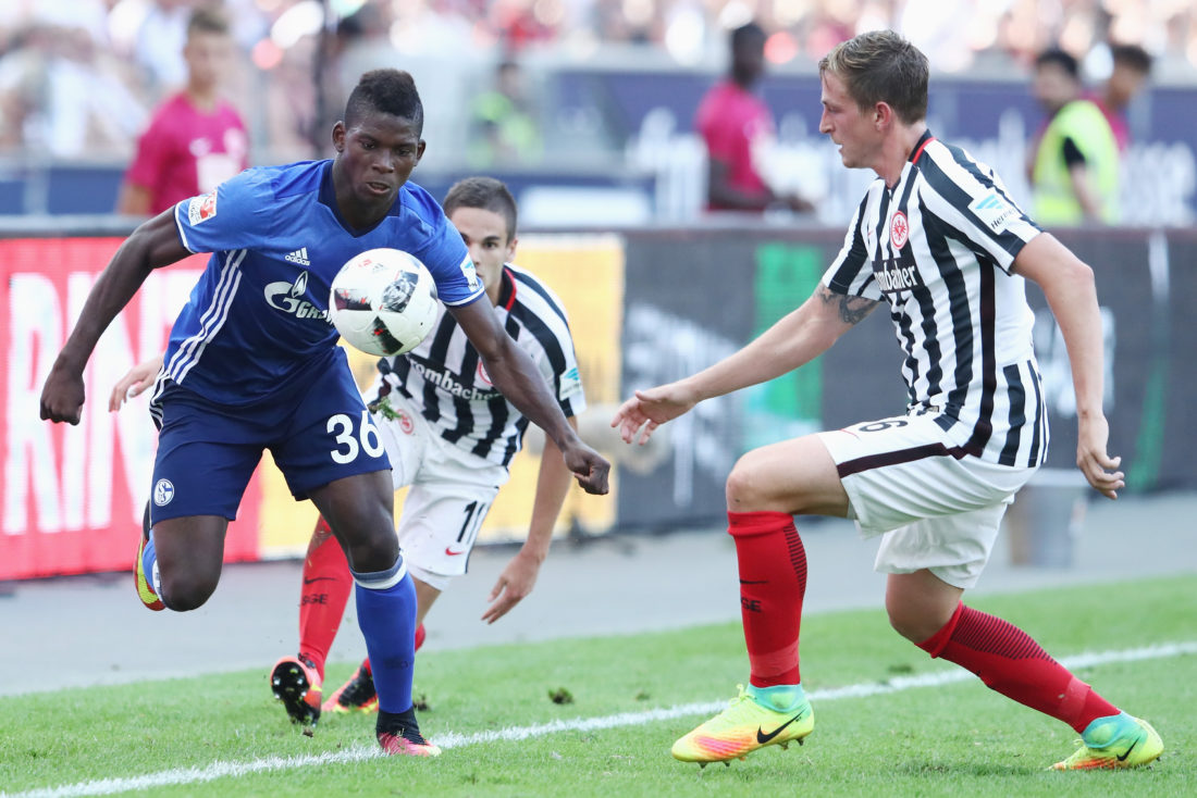 FRANKFURT AM MAIN, GERMANY - AUGUST 27: Breel Embolo (L) of Schalke is challenged by Bastian Oczipka of Frankfurt during the Bundesliga match between Eintracht Frankfurt and FC Schalke 04 at Commerzbank-Arena on August 27, 2016 in Frankfurt am Main, Germany. (Photo by Alex Grimm/Bongarts/Getty Images)