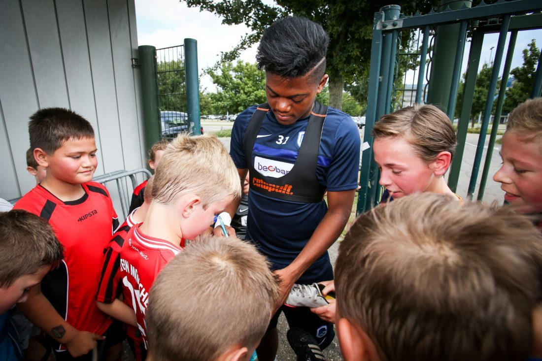 Genk's Jamaican winger Leon Bailey signs autographs as he arrives for a training session of Belgian first league soccer team , on July 13, 2016, in Genk, one day before their Europa League competition first leg of the second qualification round match against Montenegro's team Buducnost Podgorica. / AFP / BELGA / VIRGINIE LEFOUR / Belgium OUT (Photo credit should read VIRGINIE LEFOUR/AFP/Getty Images)
