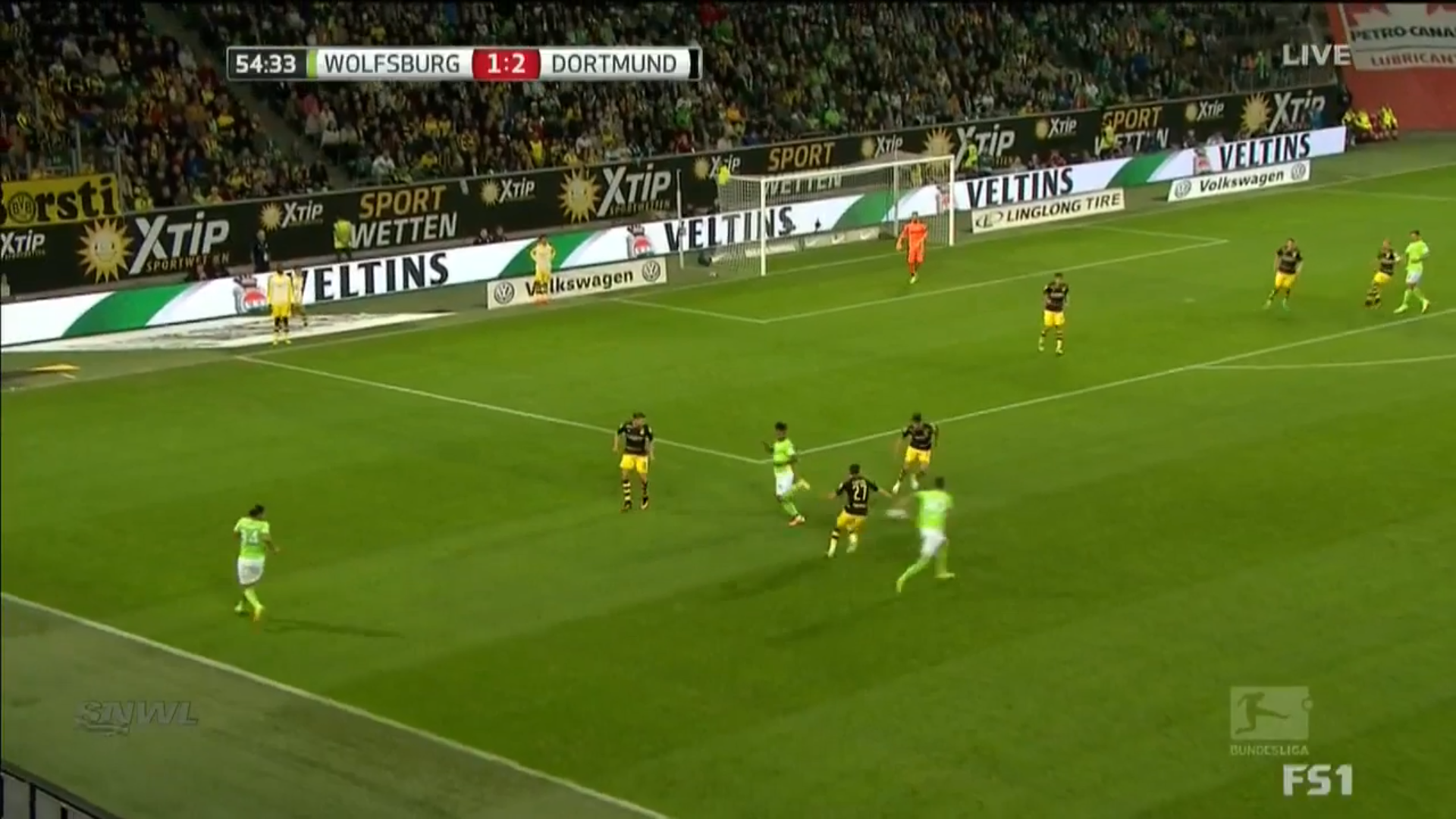 Draxler combines with Didavi while drifting infield towards the goal