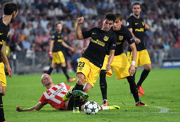 Athletico Madrid's Nicolas Gaitan (C-R) vies for the ball with PSV Eindhoven's Jorrit Hendrix during the UEFA Champions League football match between PSV Eindhoven and Atletico Madrid at Philips Stadium on September 13, 2016, in Eindhoven, The Netherlands. / AFP / EMMANUEL DUNAND (Photo credit should read EMMANUEL DUNAND/AFP/Getty Images)
