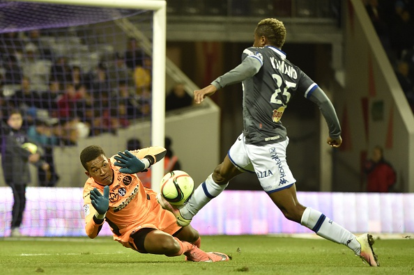 Toulouse's French goalkeeper Alban Lafont vies with Bastia's Guinean forward Francois Kamano during the French L1 football match Toulouse against Bastia on April 09, 2016 at the Municipal Stadium in Toulouse. AFP PHOTO/ PASCAL PAVANI / AFP / PASCAL PAVANI