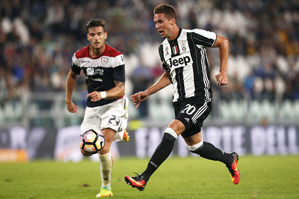 Juventus' Croatian midfielder Marko Pjaca vies for the ball with Cagliari's defender Luca Ceppitelli during the Italian Serie A football match between Juventus and Cagliari on September 21, 2016 at Juventus Stadium in Turin. / AFP / MARCO BERTORELLO