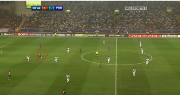 Xavi (in the red circle) dropping deep to aid ball circulation