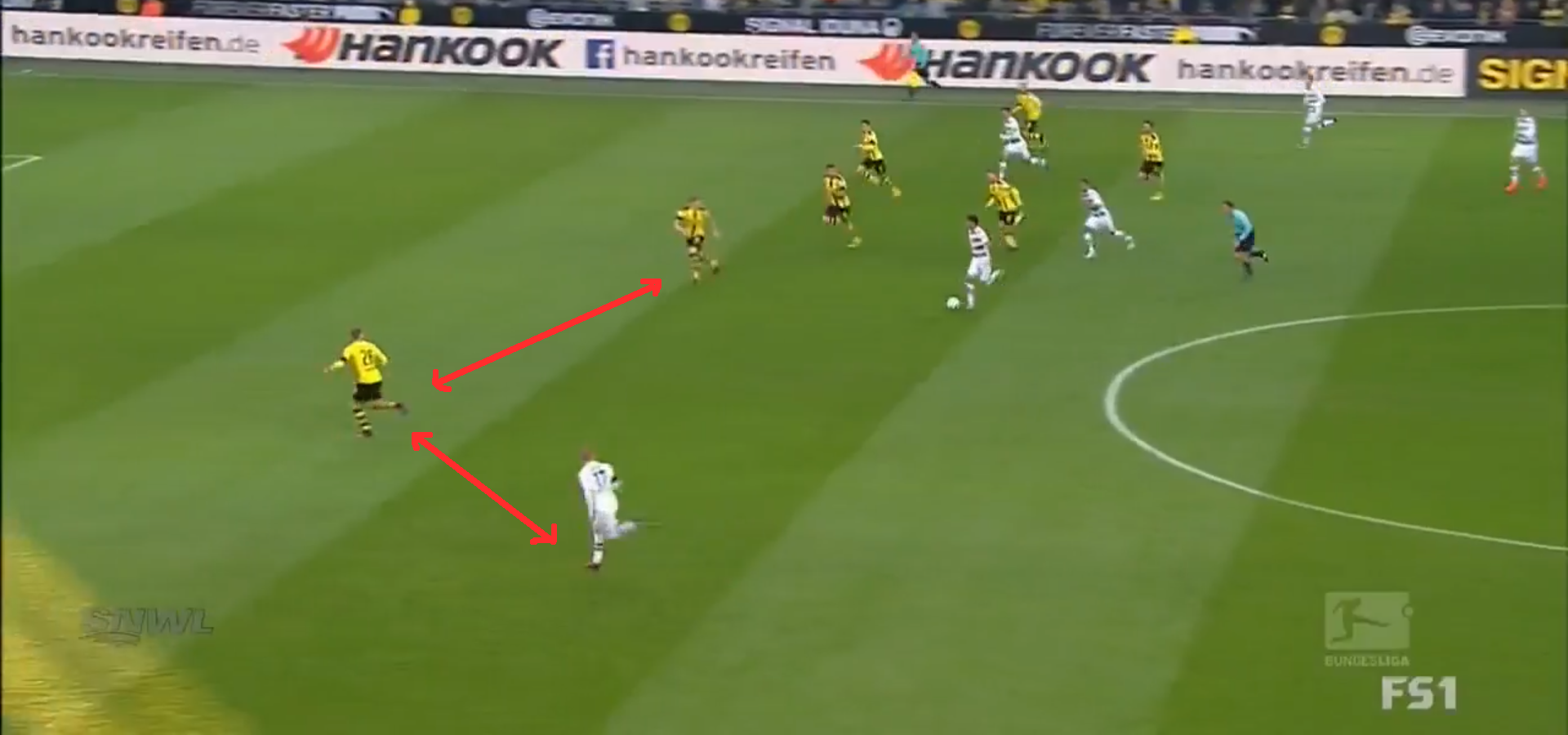 Piszczek is unaware of the threat behind him and leaves too much space between the defensive lines.